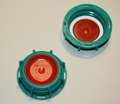 Offene IBC Hahn-Kappe DN50 S60x6 in grün mit roter PE-Scheibe